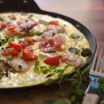 Kerstins Keto, Ketofrühstück mit Eiercrepes, roten Lauchzwiebeln und grünem Pfeffer
