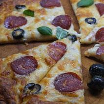 Kerstins Keto, Cheesy Pizza mit Kokosmehl gebacken