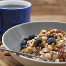Kerstins Keto, Schokoquark mit Leinöl, Nüssen und Blaubeeren zum Frühstück