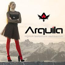 Junge hübsche sexy Frau in roter Strumpfhose vor Bergpanorama mit Arquila Adler Logo