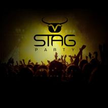 Partystimmung in einem Club vor dem STAG Party Logo Genau das richtige zum Junggesellenabschied