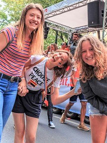 Mit der Schülerreise-Versicherung der ERGO Reiseversicherung auf der sicheren Seite: lachende Mädchen bei einer Klassenfahrt