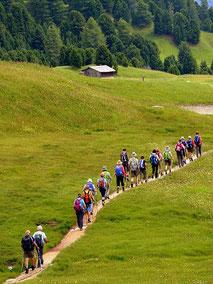 Mit der billigen Gruppenversicherung der ERGO Reiseversicherung auf der sicheren Seite:  Menschen bunt gekleidet beim wandern