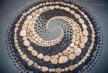 www.ronaldosephius.nl stenen nautilus bruin zwart strand bewust groeien vanuit innerlijke kracht