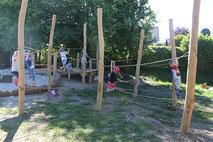 Spielende Kinder auf einem Naturspielplatz