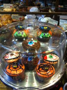 ニューヨークのベーカリーの店頭にはハロウィーンのカップケーキ