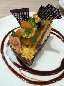 東京のケーキ屋さんのハロウィーンを意識したデコレーションのケーキ