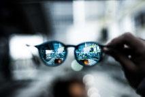 Die Gleitsichtbrille ermöglicht scharfes Sehen von Nah - Fern.