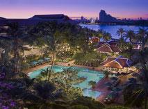 Anantara Bangkok Riverside Hotel mir tropischer Pool Landschaft zum entspannen und direkt am Fluss gelegen Hotel und Restaurant.