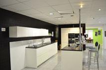 Aktivküche in Lack weiß glänzend mit Kaffeemaschine, Dampfgahrer, Backofen, Induktionskochfeld