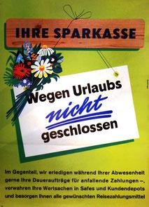 Ihre Sparkasse. Wegen Urlaub nicht geschlossen. Werbung für Services der Sparkasse zur Urlaubszeit (Plakat 83x60).