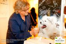 Martin Krug signiert Spendenheizung © ExperiArts Entertainment - Stefan Stuhr