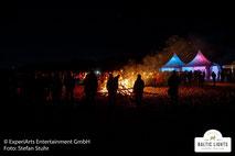 Abendliches Treiben am Biikefeuer © ExperiArts Entertainment - Stefan Stuhr