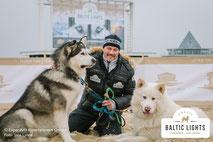 Till Demtrøder & 2 Alaskan Malamut © ExperiArts Entertainment - Jana Lyons