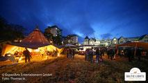 Ein schöner Abend im Musherdorf mit den Zelten von Hensel © ExperiArts Entertainment - Thomas Ix
