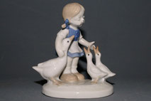 Wagner & Apel GDR Thüringen, Porzellanfigur, Mädchen mit Gänsen, 10,5 cm , € 55,00
