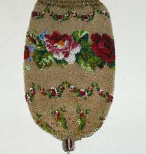 Biedermeier Perlenstickerei, Rosen, Blätter, handgearbeitet, gehäkelter Rand, € 95,,00