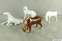 Vier Porzellanpfer in unterschiedlichen Darstellungen, € 60,00