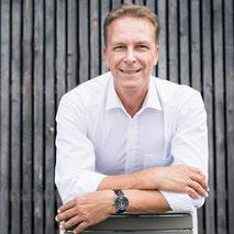 Thomas Pelzl ist Verkäufer, Unternehmer, Kolumnist, Autor, Buchautor, Verleger, Coach, Verkaufstrainer und Dozent an Hochschulen. Sein Lebenslauf liest sich wie die Erfolgsleiter eines der erfolgreichsten Verkaufstrainer im deutschsprachigen Raum.
