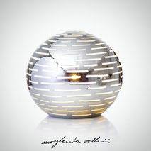 Lampada sfera da appoggio tagli ORIZZONTALI finitura in metallo prezioso Platino 15%  Margherita Vellini Ceramica Made in Italy Home Lighting Design