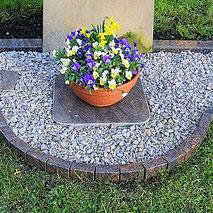 Einfassung aus kleinen Platten Grab