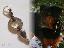joya-artistica-con-pelo animal-mi-miga-llavero-recuerdo-cuero-aro-acero-grabado-plata-ley-charm-inicial-huella-perro-xena