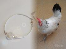 joya-artistica-con-pluma-animal-mi-miga-pulsera-cuero-plata-ley-perla-cristal-gallina-minina-ropera