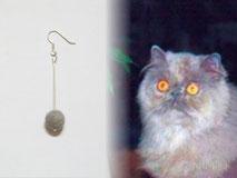 joya-artistica-con-pelo-animal-mi-miga-pendiente-plata-ley-perla-pelo-gato-genoveva