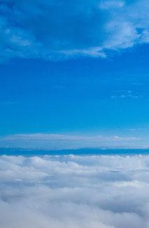 Blauer Himmel über den Wolken