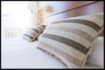 komfortables Bett mit schönen Kissen