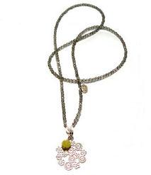 Moderen lange Halskette mit Silber Charm zum aushängen. Blüten Ornament gefertigt aus Silber.