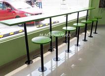 Bancas y mesas para el área de comida rápida. Ideales para interiores y exteriores.