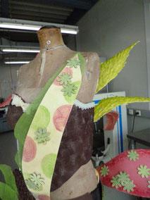 """Oberteil auf der """"Arbeitsbüste"""" , Federn aus geformter Schoki, handmodeliert"""