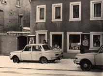 In den 1980ern befanden sich an der Front des Geschäftes Humboldtstraße 5 große Schaukästen, die regelmäßig mit neuer Mode dekoriert wurden.