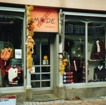 """2003 erweitere Uta Berner sich um das Geschäft """"Modeprojekt"""" auf der Schloßstraße 8. Die freundliche Fassade mit 2 schmalen Säulen läd zum Betreten des Bekleidungsgeschäftes ein."""