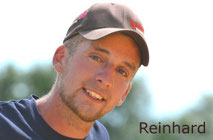 Reinhard Hochreiter ist Reining-Trainer. Er bietet Beritt, Kurse, Unterricht und die Vorstellung von Reining-Pferden auf Turnieren.