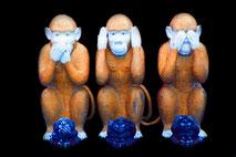 Meditiere in der Stille bei einer gemeinsamen Meditationssitzung. Zusammen Schweigen für mehr Bewusst-Sein.