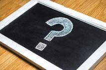 schwarze Tafel weißes Fragezeichen Kreide
