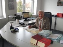 Wulf Vinnen, Rechtsanwalt und Notar a.D. an seinem Schreibtisch in der Vilser Kanzlei