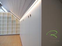 Maßgefertigte Büromöbel in weiß & anthrazit, Bücherregal u. Aktenschrank in Dachnische für das Home-Office