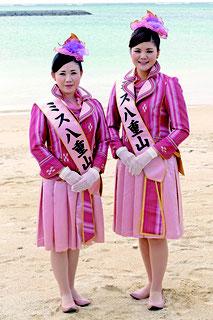 ミス八重山南十字星の浦内栞さん(右)、星の砂の仲道英理さん(左)
