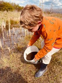 Junger Naturschützer rettet Froschlaich