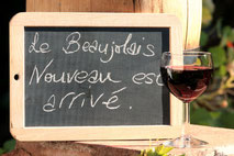 Ardoise sur laquelle est écrit : le beaujolais nouveau est arrivé