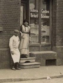 Bernhard und Mathilde vor ihrer Bäckerei in der Petersberger Str. 4 in Fulda.