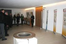 Die Referentin erläutert die Ausstellung im Eingangsbereich der Pfarrkirche.
