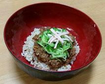 高きびとたまねぎとにんにくを炒め、椎茸だしに豆味噌と麦味噌でつくったじゃじゃ麺味噌を玄米ご飯にかけてみました。
