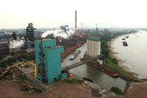 Blick vom Kraftwerk auf Hafen und Sinteranlage