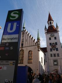Marienplatz mit Spielzeugmuseum im Turm des Alten Rathauses
