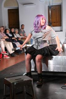 Gretchen alias Cennet Rüya Voss beim Anblick von  Faust (Foto: A. Fröhling)