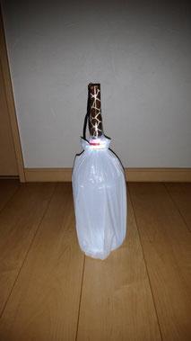 暗い部屋を明るく照らすランタン。 材料は懐中電灯、大きめのペットボトル、ビニール袋